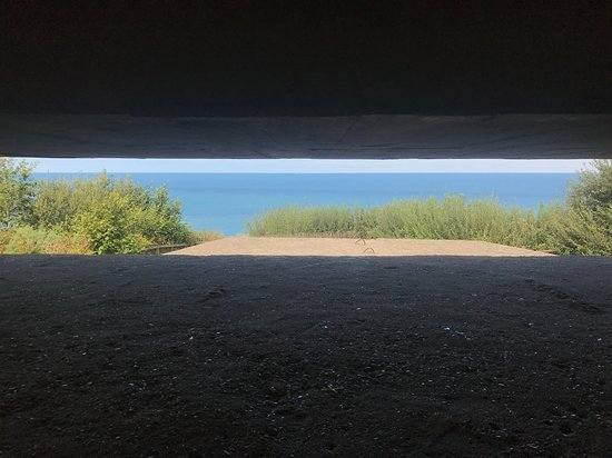 Longues-sur-Mer, Frankreich: German Gunner's Protected View Toward Beach