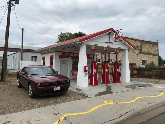 Cawker City, Канзас: fun old gas station that is now a motel across from the ball of twine