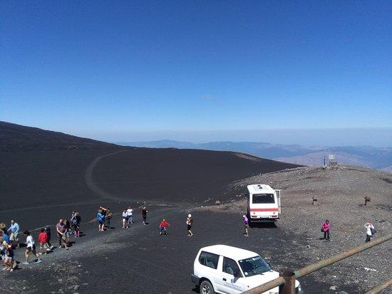 Etna Mareneve Escursioni: OSSERVATORIO PIZZI DEI NERI