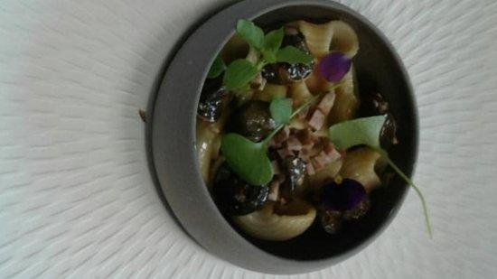 Falaise, France: Petite Nage d'escargots aux pâtes et vinaigrette d'andouille