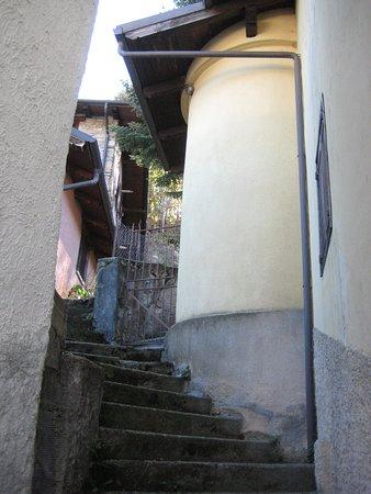 Gravere, Italie : le scalinate tra le case