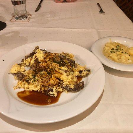 Hunderdorf, Duitsland: My menu: Soup: potato soup Drink: beer (Schwarzbier) Main dish: pasta with beef stripes, potato