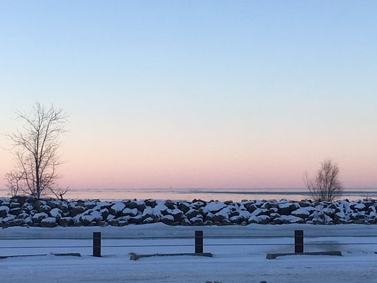 Curtice, OH: Beautiful view of Lake Erie and the sun stetting at Metzger's Marsh.
