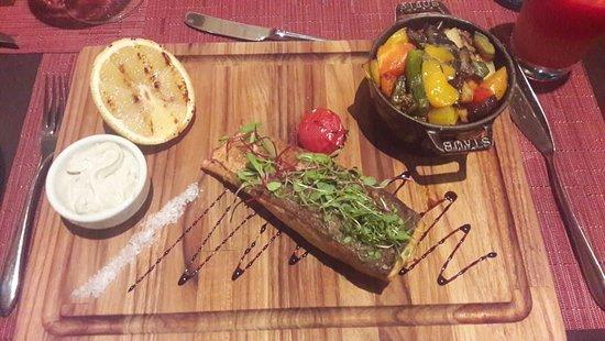 Prato Principal: Salmão Grelhado, Legumes na Manteiga e Molho de Gorgonzola