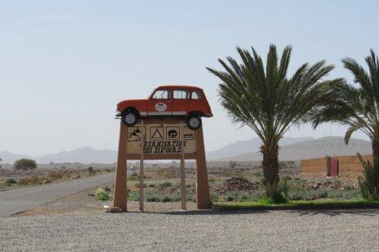 Alnif, Μαρόκο: Drôle d'affiche: Une Renault 4 «suspendue»