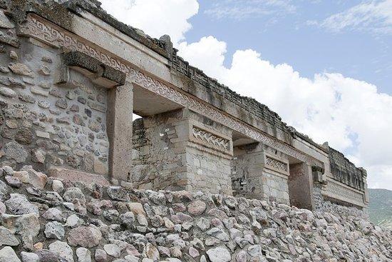 ミトラとサンタマリアデルトゥールオアハカからの観光ツアー