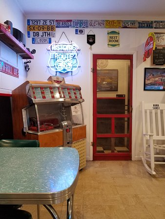 Adrian, TX: A real jukebox that works