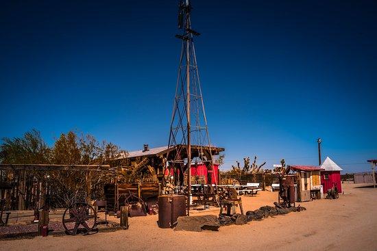 Essex, كاليفورنيا: Antique mining equipment on display