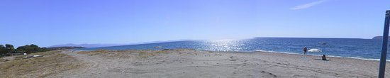 Gytheio, Griekenland: Panorama blick auf den Strand bei Mavrovouni nach Süden