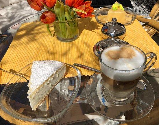Schwarzenberg, Niemcy: Kaffee und Kuchen auf der Terrasse vorm Café