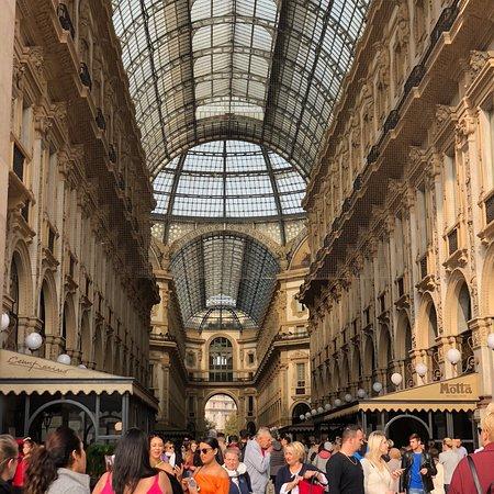 Shopping in Milan - Shopper in Milan照片
