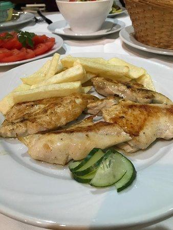 Bigova, มอนเตเนโกร: Griller chicken breast and chips