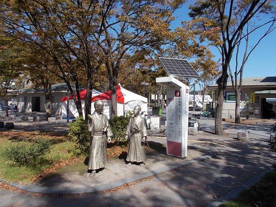""""""" Ijichi, Yoshii, Seihen ni tuite Kataru"""" Statue"""