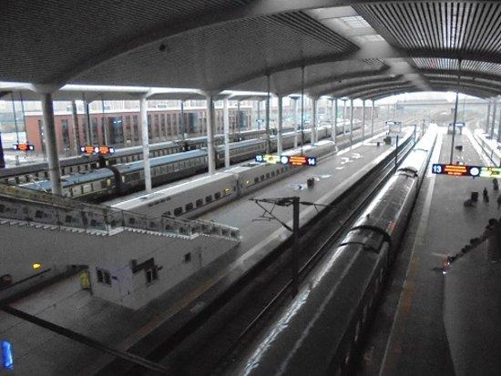 Harbin, China: 哈爾濱西駅プラットフォーム、長春位向けてGO....