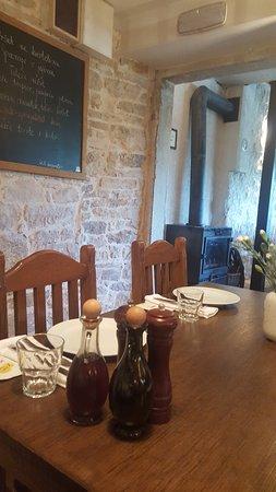 Lozovac, Croatia: Restaurant interior, table setup. Menu