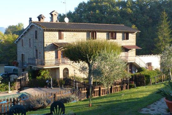 Agriturismo Ponte di Riocchio : Alcune camere (appartamenti) ... si intravede la piscina, ora coperta