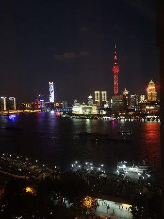 لي سويتس أورينت بوند شنغهاي: After dark the light display gets going