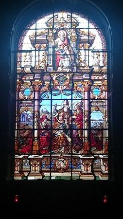 Église Saint-Mathieu: Stain glass window above the altar