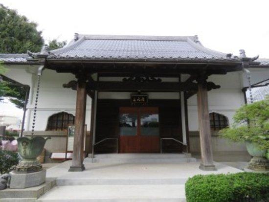 Накано, Япония: 本堂前にて