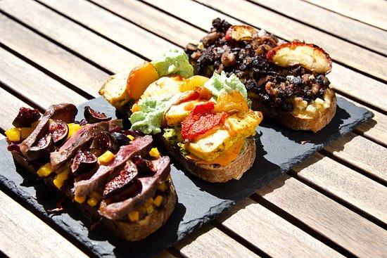 Les Tostas du Bon Temps, un joli plat cuisiné sur une tartine de pain de campagne