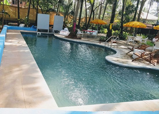 ALL SEASON outdoor pool by the bar