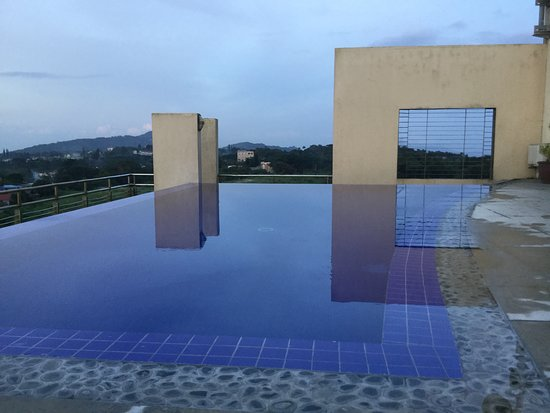 One Tagaytay Place Hotel Suites: Beautiful pool, but no table and chairs, and no drinks served...:-(