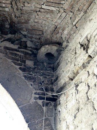 Uno degli alloggiamenti in cui scorrevano le catene del ponte levatoio
