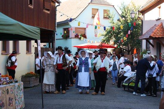 folklore per le vie di Eguisheim