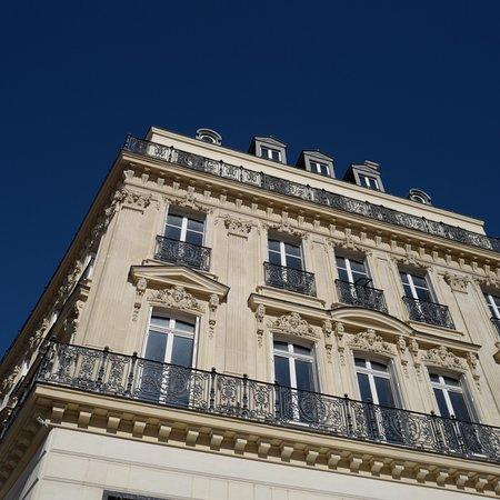 Busy avenue, icon of Paris.
