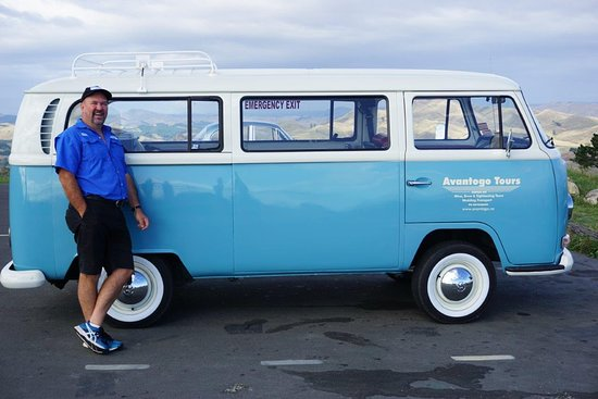 Napier, Nya Zeeland: Craig in our Retro 1970 Kombi van at Te Mata Peak, Havelock North