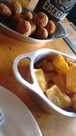 Rosa Dos Ventos: Bolinho de Bacalhau e mandioca frita com manteiga de garrafa