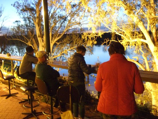 Swan Reach, Австралия: Night-time on the deck looking over the Murray