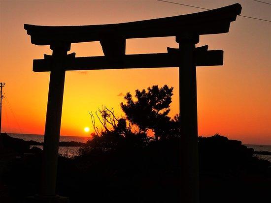 Fukui, Japón: 鉾島神社鳥居と夕日