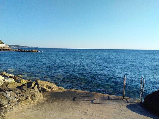 Quercianella, Italy: вход в воду