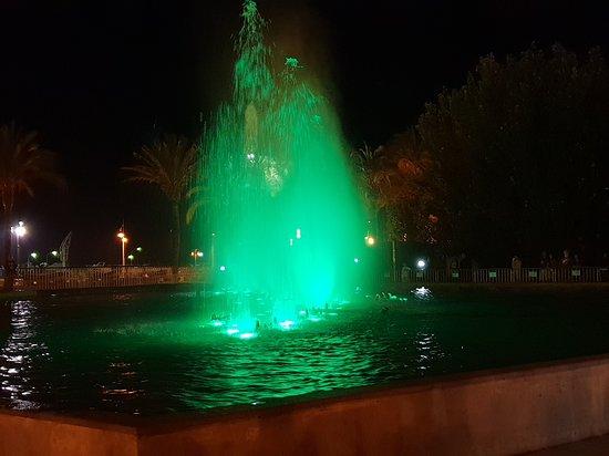 Bonita imagen con tonos esmeralda de la Fuente Luminosa balanceándose al son de la música.