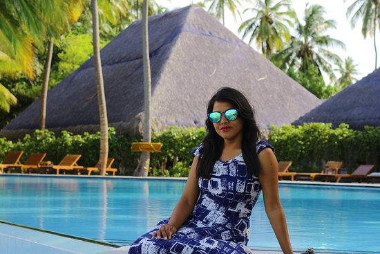 Medhufushi Island Resort: swimming pool with sea view