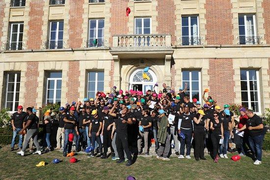 Saint-Cyr-en-Arthies, Francie: Lancé de casquettes pour terminer un formidable séminaire