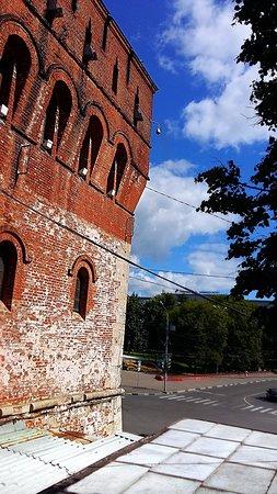Дмитриевская башня - фрагмент из бойницы кремлевской стены