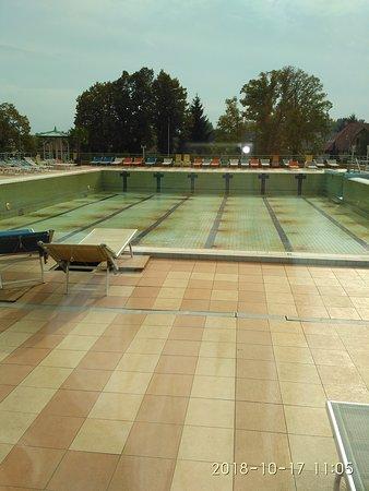 vypuštěný venkovní bazén...