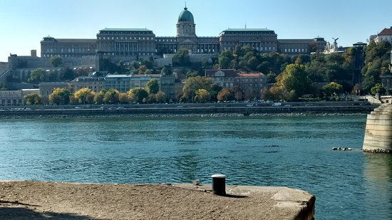 Varhegy: Castle seen from the other side of the River Danube
