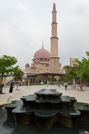Putra-Moschee (Masjid Putra): 噴水とモスク。