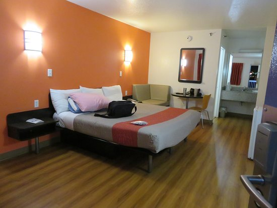 Motel 6 Las Vegas - Tropicana: Our room