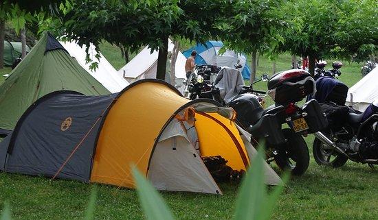 Lunas, France: Chacun organise son campement à son gré comme dans les concentrations moto.