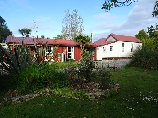 Kumara, New Zealand: Grounds are attractively landscaped.