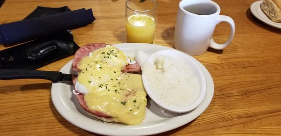 Eddie's Place Restaurant: Eggs Benedict with grits