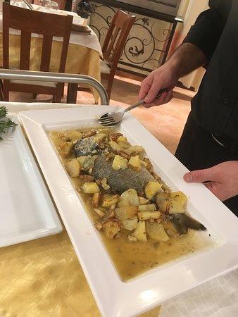 Bortigiadas, Italia: ce professionnel avec diplôme hôtelier découpe le poisson comme un chef j'adore le professionnal