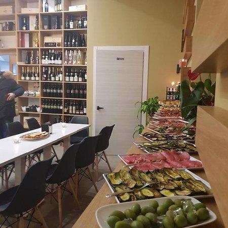 Wine Bar moderno con ampia scelta di vini e bollicine italiani  ed esteri accompagnati da selezi
