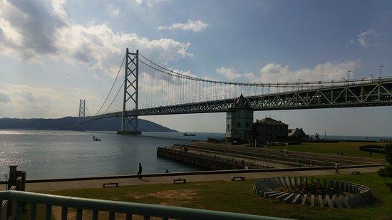 Akashi Kaikyo Bridge: 舞子公園付近からの眺め