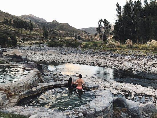 Colca Canyon, Peru: Salimos de la selva para adentrarnos en una ciudad con aire colonial. Rodeada de los cañones más profundos del mundo como es el Cañon del Colca donde fuimos a ver volar el Condor y además de picos en dónde estuvimos a 5000 metros de altura.