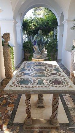 Villa San Michele: Il porticato con accesso al giardino